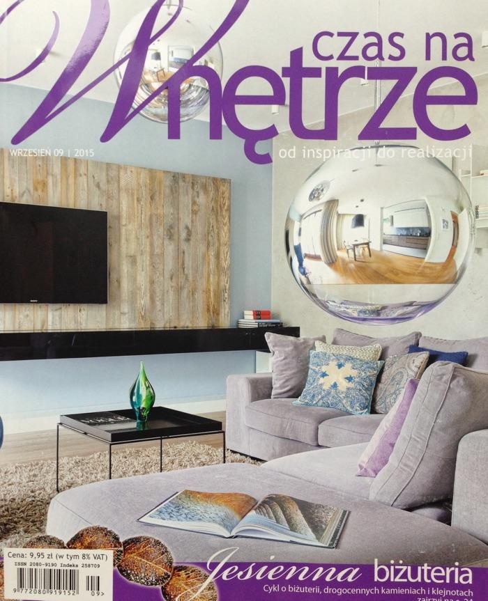 """Loftowe mieszkanie z dominacją bieli, szarości i stali można przełamać dodatkami w ciepłych barwach. Jedną z takich propozycji w aktualnym wydaniu magazynu """"Czas na Wnętrze"""" jest obraz Antoniego Karwowskiego."""