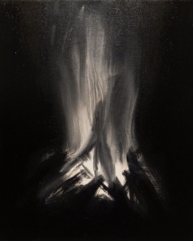 Dwójka ludzi przy ognisku