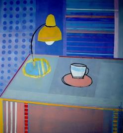 Niebieska lampa na stole